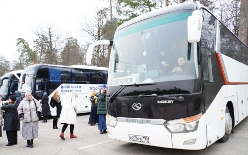Наш автобус среди десятков других. В Оптиной всегда многолюдно