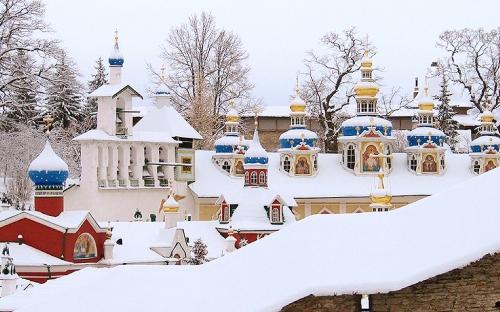 Древние стены Псково-Печерского монастыря