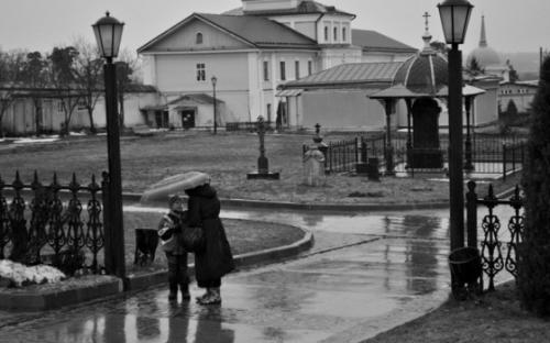 В дождь монастырь кажется еще чище и тише