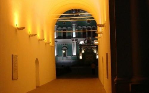 Вход под колокольней в монастырь ночью