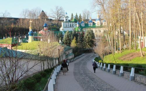По дорожке к Псково-Печерскому монастырю