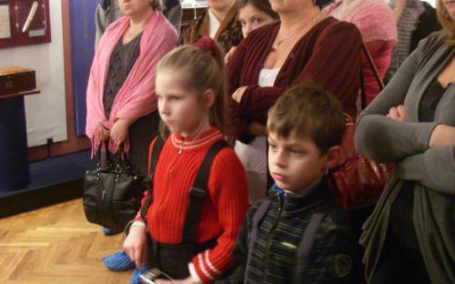 Наши самые маленькие экскурсанты слушают о Пушкине