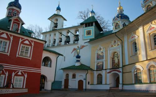 Успенская площадь Псково-печерского монастыря