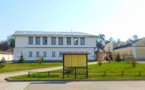 старое здание гостиницы с храмом Иллариона Великого