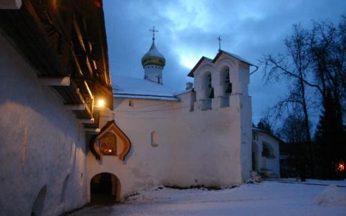 Никольский храм у Святых врат. Псково-Печерский монастырь паломничество