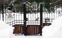 Заснеженные врата и чистая дорожка в музей Петушков
