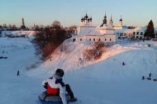 Валы Суздальского Кремля используются и взрослыми, и детьми, как горки