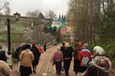 Псково-Печерский монастырь. Спускаемся по самой красивой дорожке